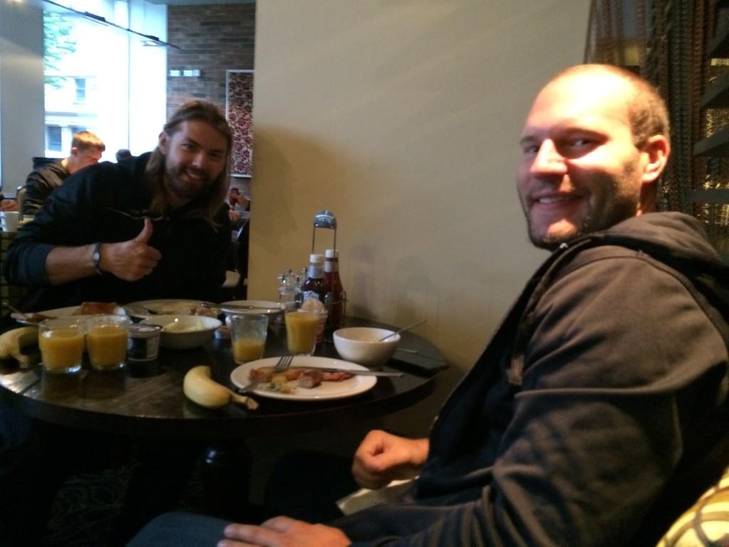 Rob Bordson (links) und Jack Combs genießen ein englisches Frühstück mit Bohnen, Würstchen, Eiern und Speck.