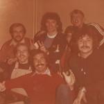 Fußball trifft Eishockey bei der Sportgala Bremerhaven 1979 in der Stadthalle. Hinten Stefan Kruso, Kevin Keegan (englischer Star der Bundesligisten Hamburger SV), Carsten Jacobs, vorne: Wally Kruso, Billy Flynn und Peter Riep.