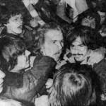 an-Liebling: Nach dem Sieg im entscheidenden Aufstiegsspiel 1978 in Deggendorf wurde Billy Flynn vor Freude fast erdrückt.