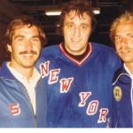 Billy Flynn (links) und Wally Kruso (rechts) Ende der 70er Jahre mit Phil Esposito, Eishockey-Star der New York Rangers